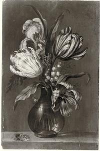 Bloemen in een glazen vaas, met een uiltje, op een stenen plint