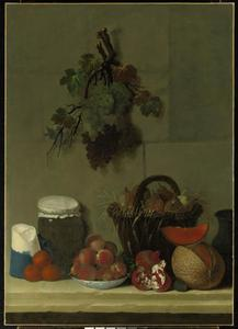 Stilleven met peren in rieten mand, ander fruit en druiventakten aan de muur