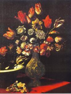 Vaas met tulpen, narcissen, anemonen en een schaal met tulpen