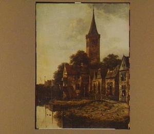 Gezicht in een aan het water gelegen dorp met kerktoren