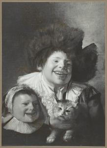 Twee lachende kinderen met een kat