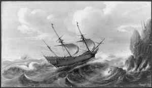 Pinas voor de kust op stormachtige zee