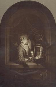 Jonge vrouw met kaars en lantaarn in een vensteropening