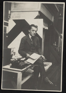 Branko Poliansky in het atelier van Theo van Doesburg met op de achtergrond Van Doesburgs Contra-kompositie VIII