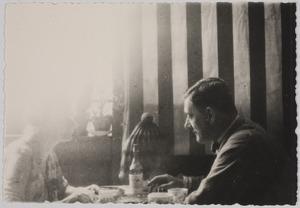 Portret van Amrey en Herbert Fiedler aan tafel