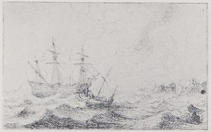 Koopvaarderdijschip en vissersboot in volle zee