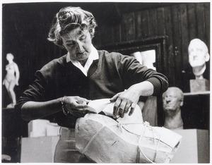 Charlotte van Pallandt aan het werk in haar atelier