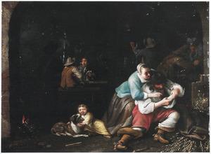 Rustende soldaten in een wachtlokaal met een jonge vrouw die een soldaat helpt met vlooien