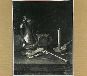 Stilleven van een tinnen kan, een aardewerken potje, een pijp, tabak en een kandelaar