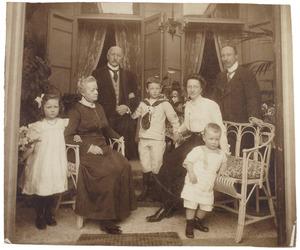 Groepsportret van Jan Willem Antoni Barchman Wuytiers (1847-1926) met zijn familie