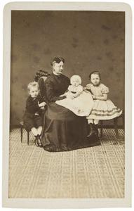 Portret van Christine van der Haer (1839-1888) met haar kinderen