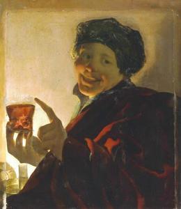 Lachende jongen met roemer bij kaarlicht