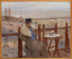 Vrouw zittend op terras aan de boulevard van Scheveningen