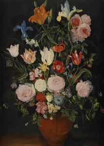 Vaas met onder andere rozen, tulpen en een lelie