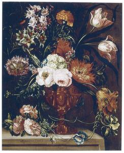 Bloemen in een vaas met en gezichtsmasker, op een stenen plint