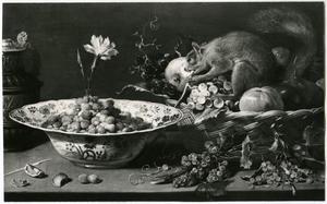 Een stillleven met fruit en eekhoorn op een tafel