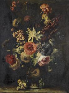 Stilleven met een lelie, anjers, rozen en andere bloemen in een stenen urn op een tafel