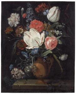Bloemen in een terracotta vaas op een spenen plint