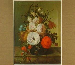 Bloemen in een glazen vaas op een marmeren tafelblad, voor een nis