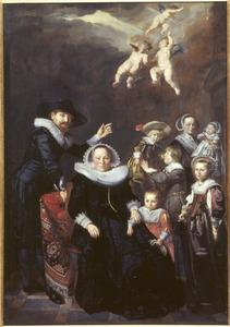 Familiegroep met negen kinderen, van wie drie als engeltjes zijn weergegeven