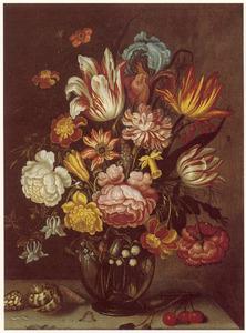 Bloemen in een glazen vaas, met schelpen en een takje kersen, op een stenen plint