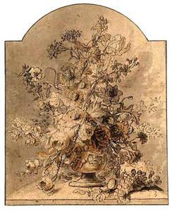 Bloemstilleven in een vaas en een duiventros op een tafel