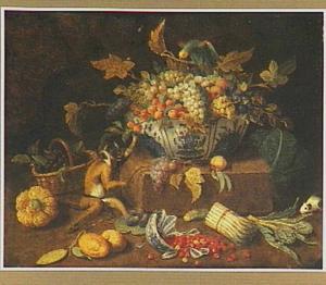 Stilleven van een schaal met vruchten op een steen, waarbij een aap, een papegaai en een cavia