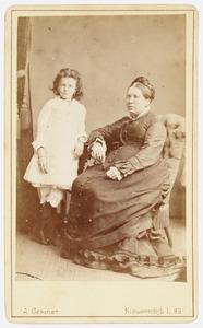 Portret van  Wilhelmina Georgia Francisca Sassen (1819-1892) en Georgette Isabelle Heyligers (1868-1937)