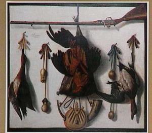 Trompe l'oeil met dode vogels en jachtgereedschap op een witte muur