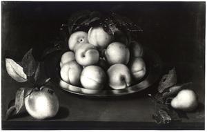 Perziken op een tinnen schotel, met een appel en peer, op een stenen plint