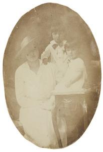 Portret van Theodosie Hubertine Adrienne Juliette Marie Regout (1892-1973), Jan Baptist Gosewijn Gijsbert Marie Maximiliaan van Heijst (1913-1976) en Marie Anne van Heijst (1914-)
