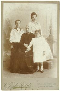 Portret van Dorothea Wilhelmina Beukman van der Wijck (1841-1917) met haar kleinkinderen