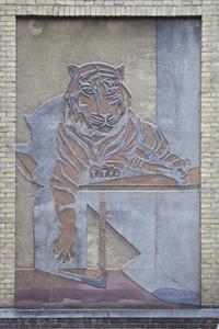 Liggende tijger in hok