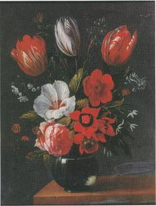 Bloemen in een glazen vaas op een houten blad