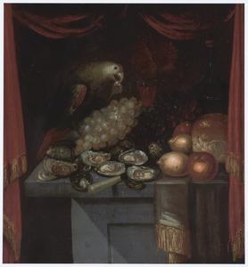 Stilleven met oesters, fruit en een papegaai, op een tafel achter een rood gordijn