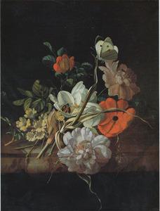 Tuiltje van rozen en andere bloemen op een marmeren tafel