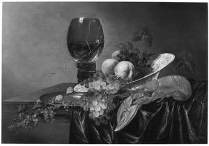 Stilleven met een roemer, een porseleinen schaal fruit en een kreeft