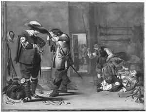 Interieur van een wachtlokaal met soldaten die zich klaarmaken voor vertrek