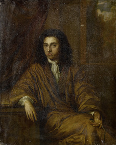 Portret van een zittende jonge man, in een interieur met een parelketting in de hand