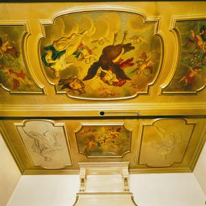 Negendelige plafondschildering met allegorische voorstellingen, waaronder vier hoekstukken (grisailles) met personificaties van de vier seizoenen.