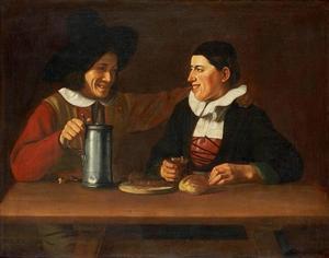 Twee grijnzende mannen achter een tafel met tinnen kan, glas wijn en brood