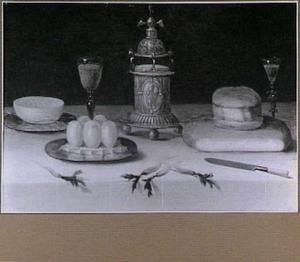 Stilleven met zoutvat op een wit gedekte tafel