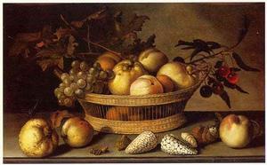 Vruchtenstilleven in een mand, met schelpen, insekten, perziken en een kweepeer