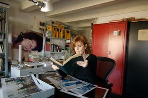 Bertien van Manen werkend in haar atelier