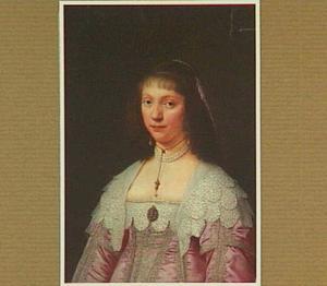 Portret van een vrouw in een roze japon