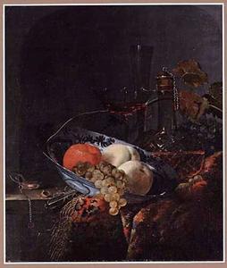 Vruchtenstilleven met een porseleinen kom en glaswerk