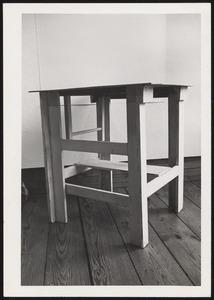 Zelfgemaakt tafeltje in het atelier van Piet Mondriaan na zijn overlijden