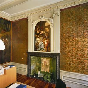 Neoclassicistische schoorsteen met allegorische schildering