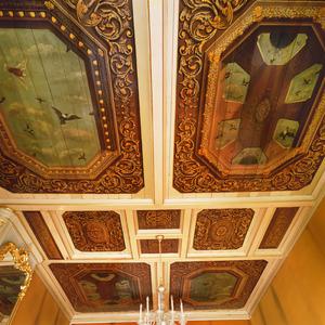 Tiendelig casettenplafond met vogelluchten, trompe l'oeil balustrades en ornamenten