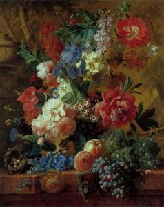 Stilleven van bloemen en fruit op een marmeren plint